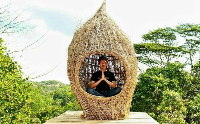 Spot cungkup meditatif dengan latar lanscap alam yang luas di bukit pangonan