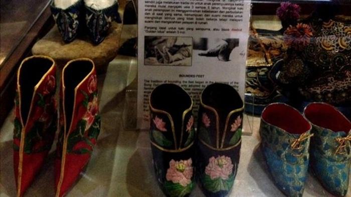 Sepatu Lotus, koleksi museum benteng heritage. Speatu membntuk kaki wanita tinghoa dalam bentuk lotus.