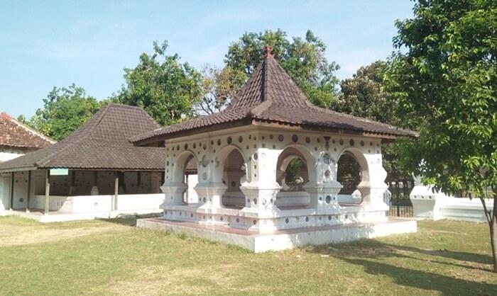Bangunan maguntur di Keraton kanoman Cirebon. khas denga banyakya hiasan keramik cina pada tembok bangunan