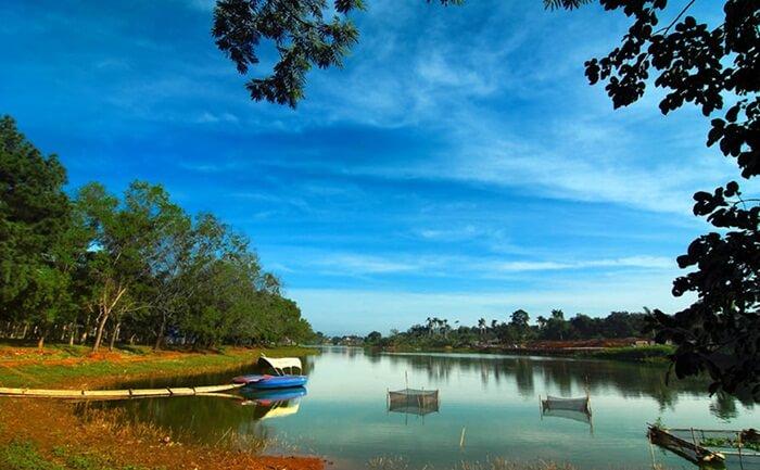 Situ Gintung, kawasan cadangan air yang kini dikelola menjadi objek wisata outbound keluarga di tengah kota
