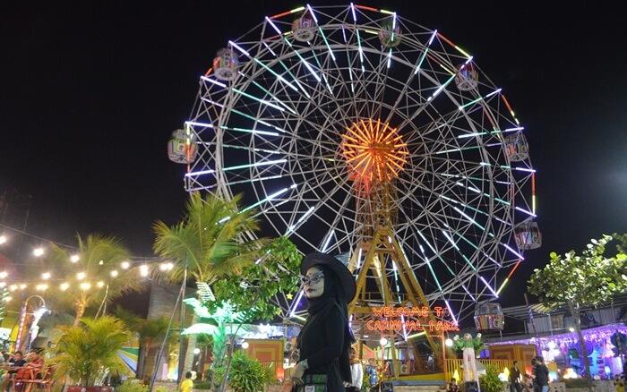 Malam kostum meriah di suroboyo carnival park