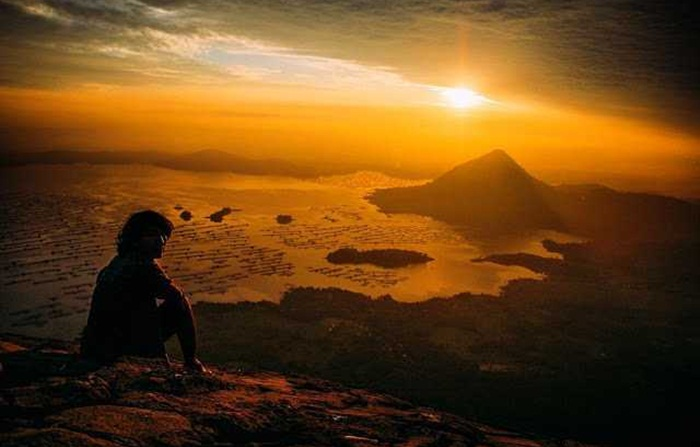 Sunrise dari puncak gunung Lembu terkenal keindahannya, disempurnakan oleh lanscape waduk jatiluhur