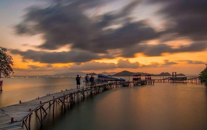 Sunset di pulau asmara pantai dewi Mandapa terasa beda karena dilihatnya dari tengah laut