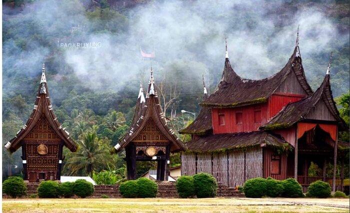 Surau istana Pagaruyung tempat sholat dan anak anak laki laki belajar mengaji