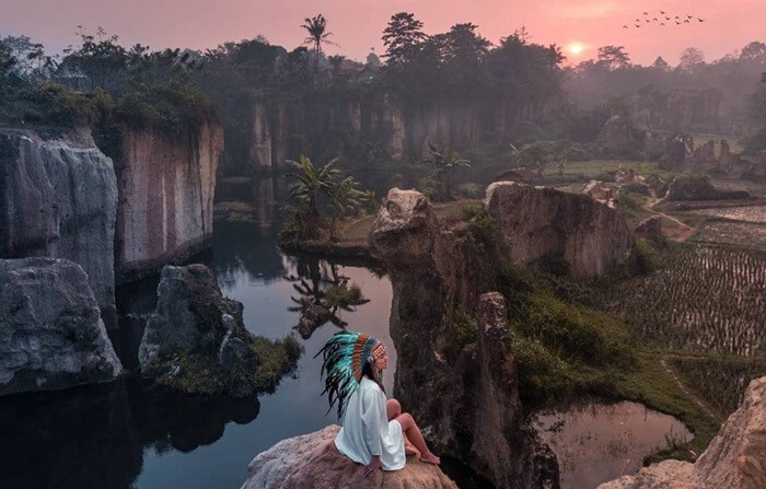 Tebing Koja memancarkan pesona mistisnya di kala mendekati sunset