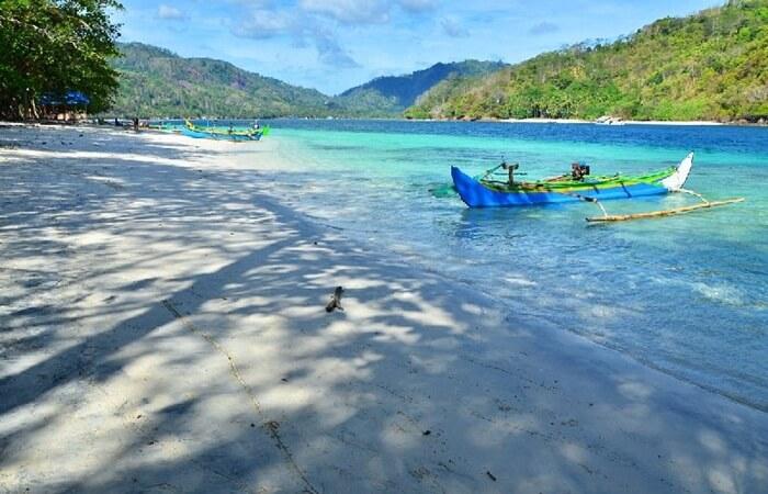 Teluk Kiluan Lampung, teluk indah di ujung selatan lampung. menjadi unik dengan kawanan lumba-lumba terbesar di dunia dan spot snorkeling yang sangat dangkal