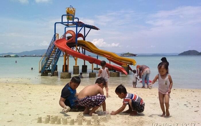 Waterboom laut Pantai Sari ringgung cocok untuk anak anak