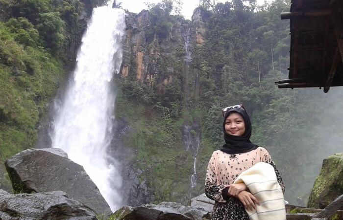 Foto instagramable dengan latar belakang air terjun takapala