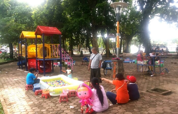 aktifitas anak di hari minggu pagi di taman kambang iwak