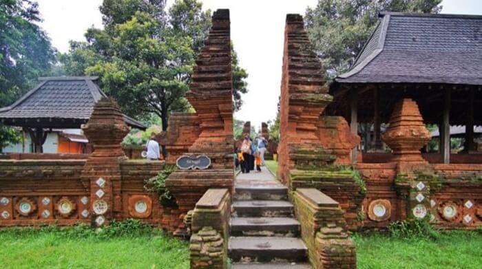akulturasi 3 kebudayaan di keraton Kasepuhan Cirebon. bentuk gapura yang jelas pengaruh hindu, keramik dan fengsui dari unsur china, diisi dengan iman tauhid.