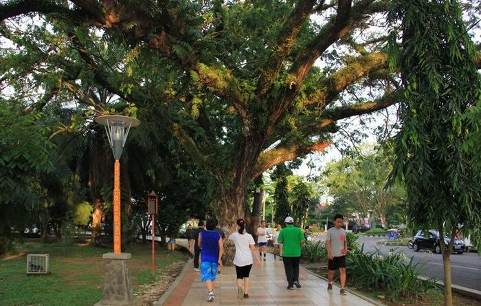 Jalan Santai di jogging track Taman Kambang Iwak
