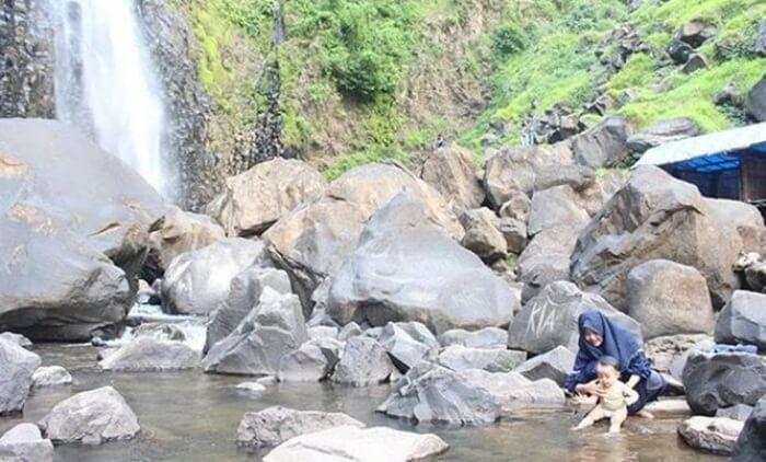 Air terjun takapala yangs egar, anak anakpun menikmati lokasi ini