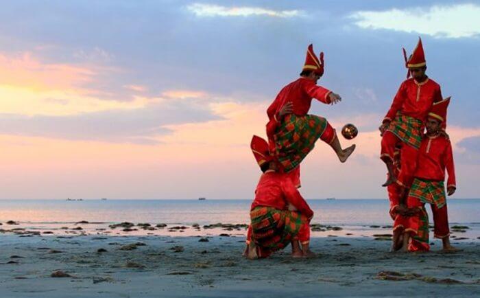 budaya lokal masyarakat taka bonerate yang dipentaskan dalam festival kebudayaan rutin
