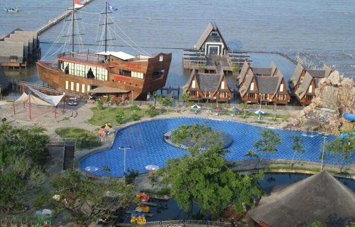 cirebon waterland sebuah taman wisata di pantai utara Cirebon, yang lengkap dengan retoran bentuk kapal dan kapel pernikahan indah