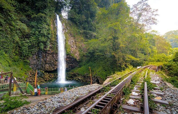 Rel kereta batu bara zamanbelanda di perlintasan lembah anai
