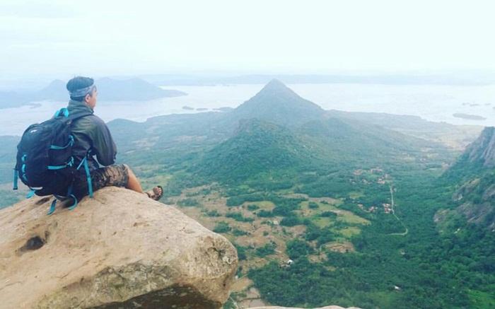 Menikmati panorama dengan duduk di batu puncak Gunung Bongkok