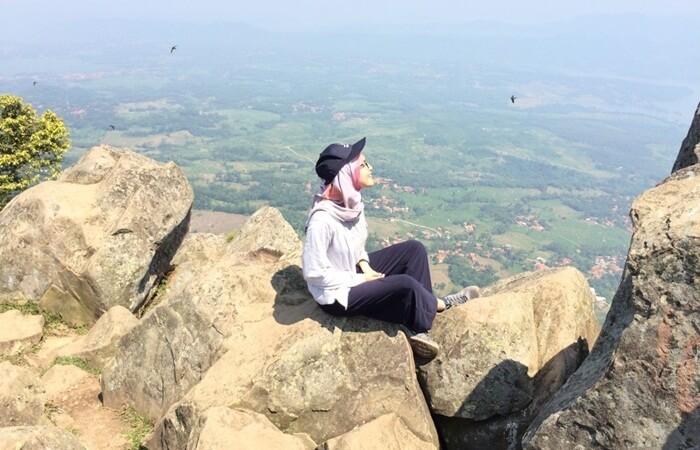 foto cantik di puncak gunung bongkok dengan latar lancape alam yang menawan