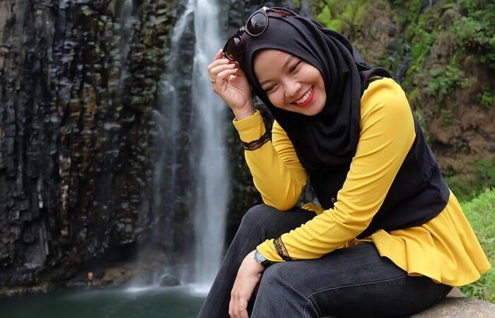 foto cantik dengan latarbelakang indahnya air terjun takapala