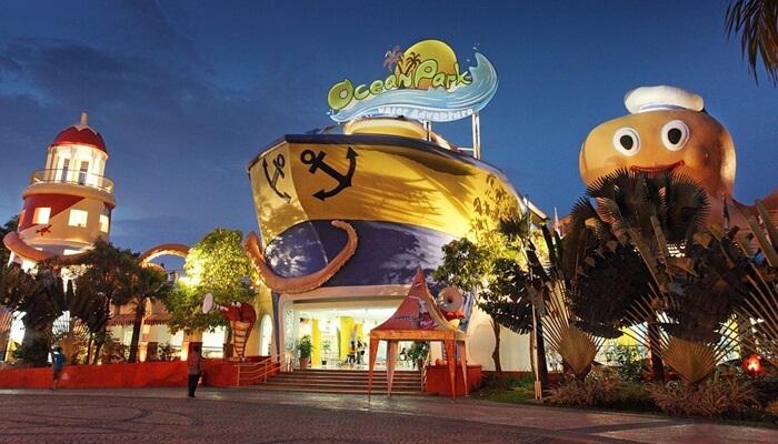 gerbang depan Ocean Park BSD yang artistik dan menggambarkan wahana petualangan laut yang menyenangkkan
