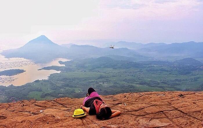 Gunung Lembu memeiliki view Waduk Jatiluhur dan gunung lain di sekitarnya