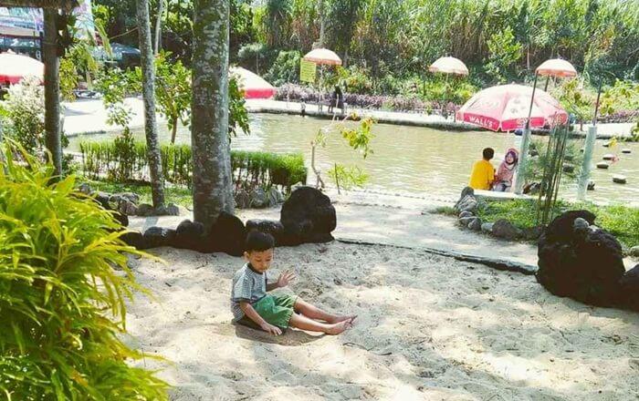 jagain anak bermain bsia dilakukand engan menyenangkan di kediri eco park