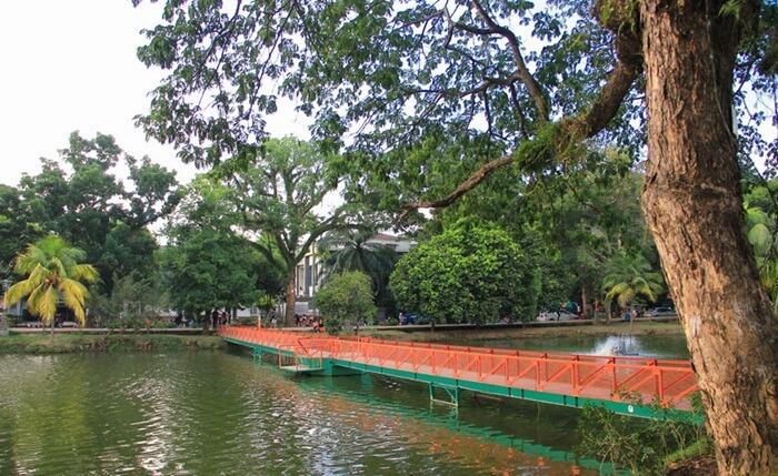 jembatan danau Taman Kambang Iwak sepanjang 200 meter