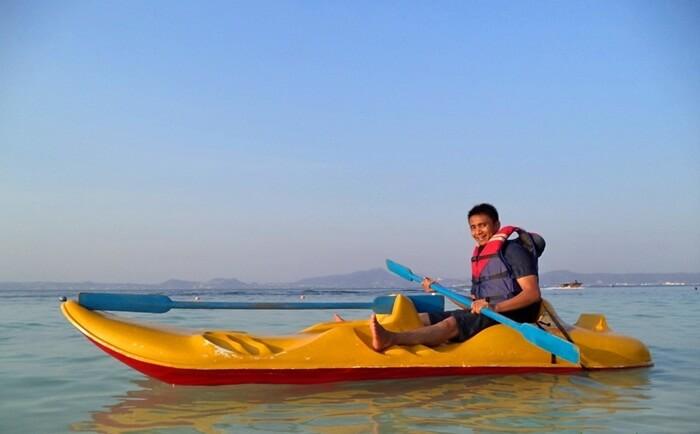 kano di pulau tangkil, cara menjelajah pantai dnegan tenang dan kontemplatif.