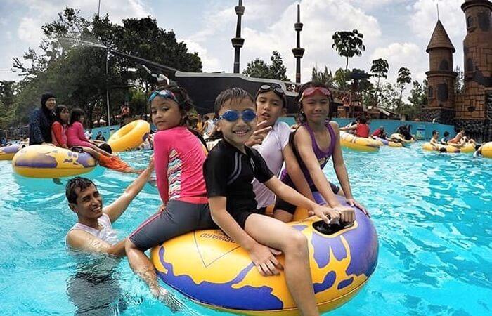 kolam ombak Ocean Park BSD, saat anak anak meunggu datangnya ombak