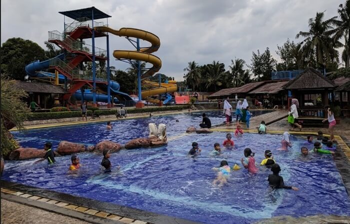 kolam khusus anak yang dibuat dangkals ehingga aman untuk anak, namun tetap menyenangkan dengan berbagai wahana permainan di dalamnya.