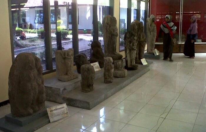 koleksi museum Airlangga kebnaykan patung dans ebagian berasal dari situs goa selomangleng