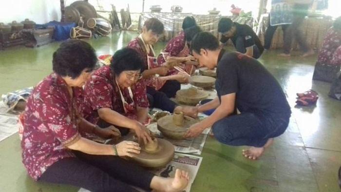 pelatihan keramik bsia menjadi pengalihan fokus bagi kaum lansia, utnuk menjaga kualitas mental beliau beliau. tetap prima