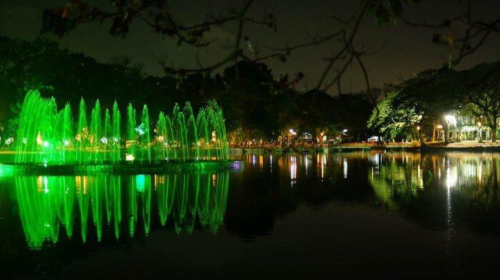 Suasana romantis saat malam di taman Kambang Iwak