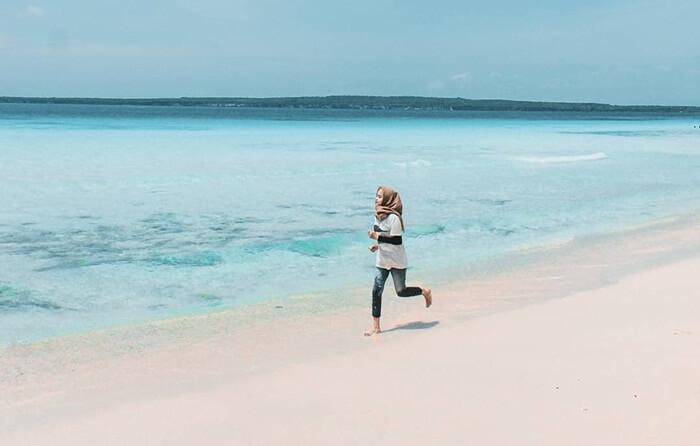 berfoto cantik dengan pose bebas di pantai nirwana padang