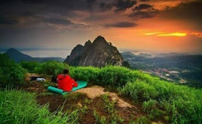 menikmati sunrise dari ketinggian gunung bongkok