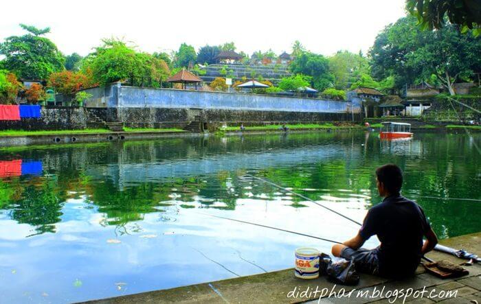 menikmati taman narmada dengan memancing santai