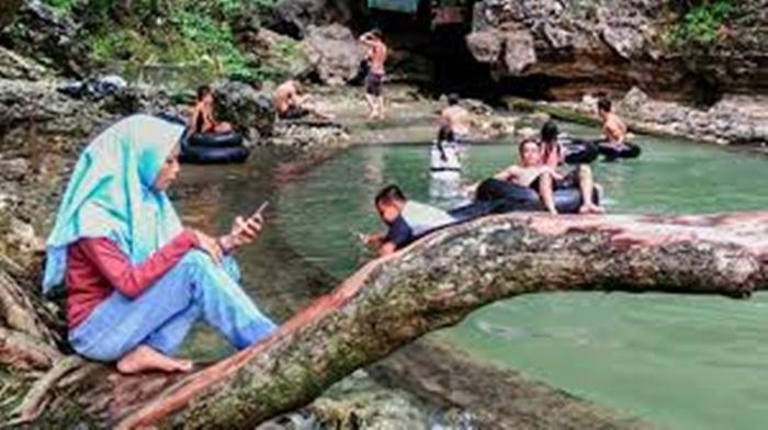 menunggui mandi di pemandian alam leang lonrong di dalam kawasan taman nasional bantimurung
