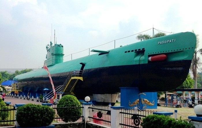 monumen kapal selam surabaya. pembakar semangat kebaharian di kalangan penerus bangsa