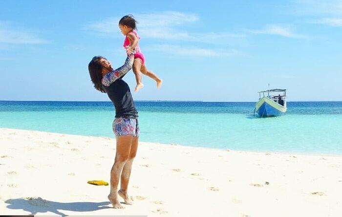 Pantai takabonerate dengan pasir yang ngat landai, idela unutk waktu kebersamaan berkualitas dengan anak anak