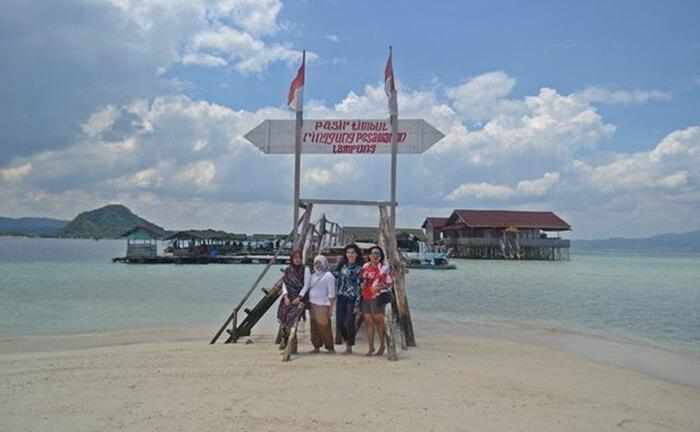 pasir timbul pantai Sari Ringgung, lokasi indah di tengah teluk lampung