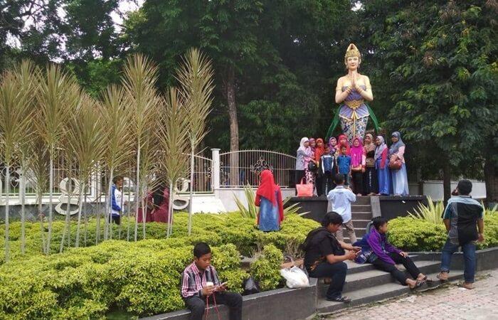 patung dewi kilisuci di depan lokasi wisata goa selomangleng
