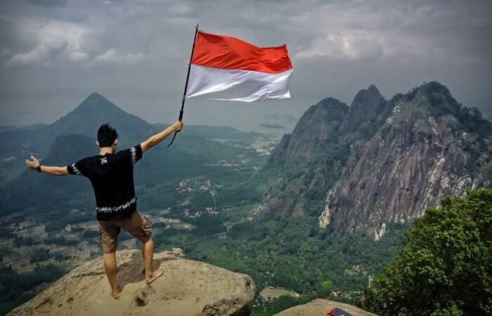 puncak batu tumpuk gunung bongkok, dengan lanscape laam meliputi kabupaten purmakarta dan wadik jatiluhur