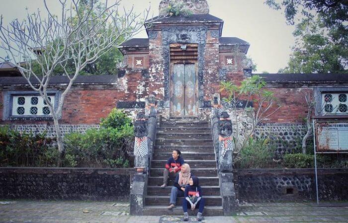 Gerbang pura kelasa. di tempat tertinggi taman narmada
