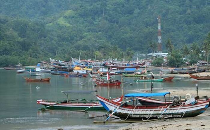 ramainya kapal eluar asuk teluk bayur, pelabuhan legendaris di dekat pantai nirwana padang