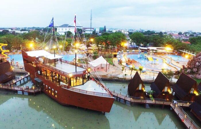 restoran bentuk kapal Ceng Hoo di cirebon waterland