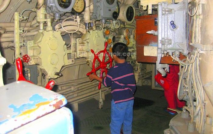 mengajak anak untuk mengenal lebih jauh ruang mesin di monumen kapal selam