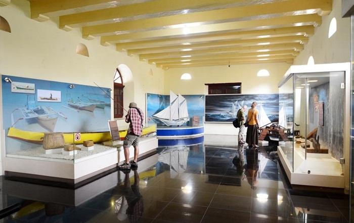 ruang pamer museum la-galigo menyimpan lebihd ari 5.000 koleksi benda bersejarah