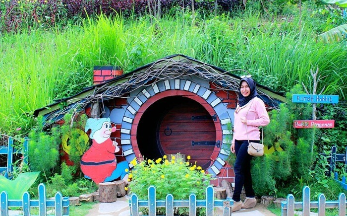 rumah hobit BUkit Pangonan, salah satu spot paforit yang lucu imut