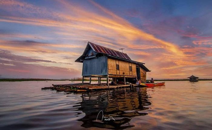 rumah terapung danau tempe, kearifan lokal dalam bersahabat dengan alam.