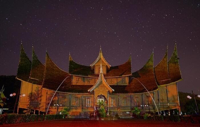 saat malam di istana pagaruyung