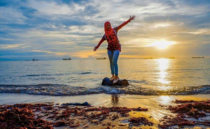 cantik saat senja, menjadi sempurna dnegan latar sunset pantai nirwana padang